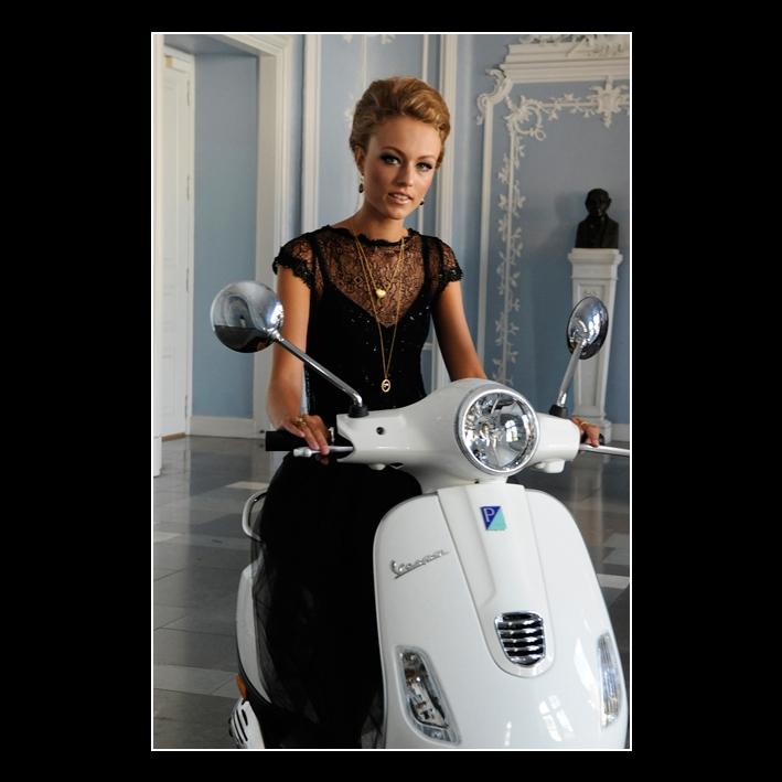 FB JEWLSCPH model på scooter fotograf Peter Dahlerup Firmafotografen