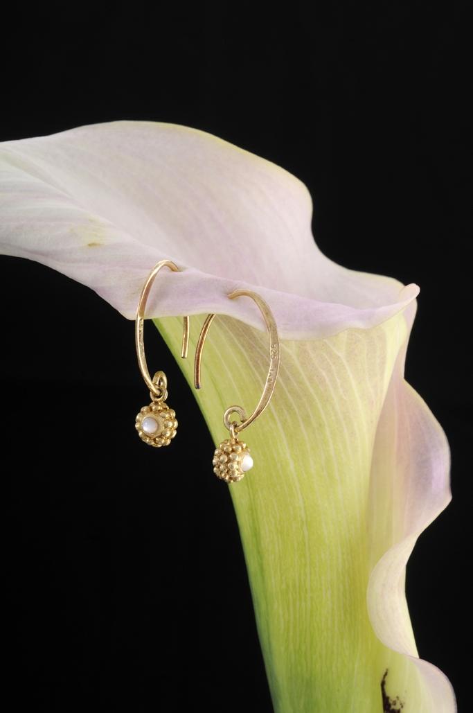 Smykketest mail øreringe i blomst fotograf Peter Dahlerup Fredensborg ref F0515